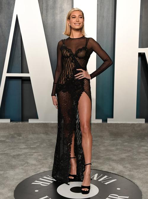 Hailey Bieber không thua chị kém em với chiếc váy mỏng như sương.