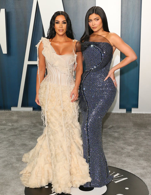Chị em Kim Kardashian - Kylie Jenner sóng đôi trên thảm đỏ với trang phục bó sát tôn đường cong đồng hồ cát.