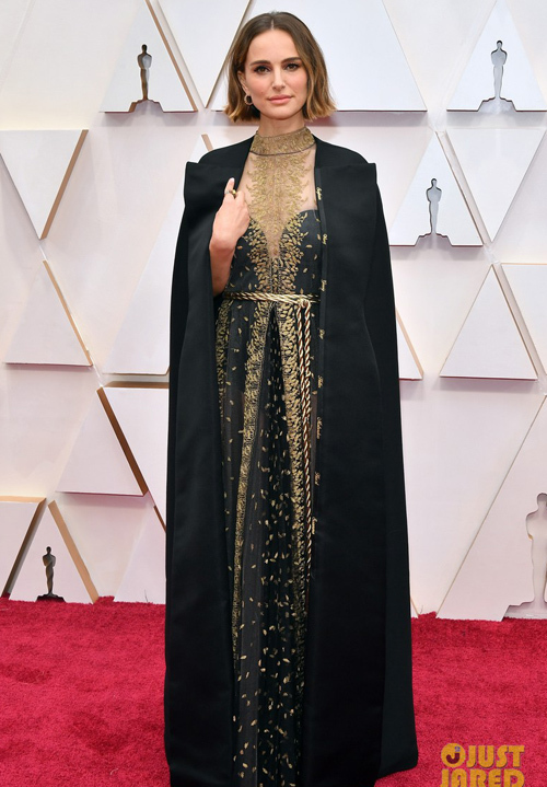 Natalie Portman kín đáo với váy và áo choàng dài.