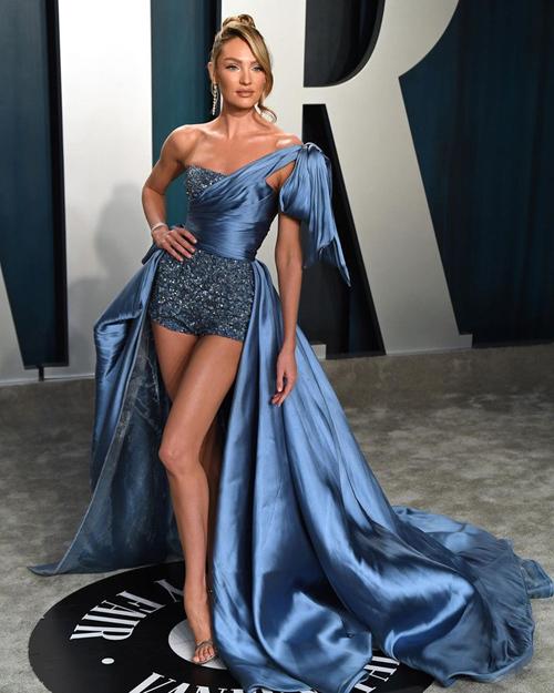 Bộ đầm xanh của Zuhair Murad giúp thiên thần Candice Swanepoel khoe trọn vẻ lộng lẫy.