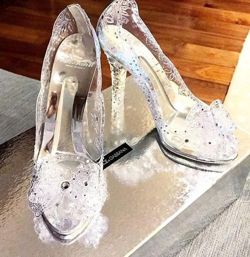 Thiết kế Dolce & Gabbana giá khoảng hơn 50 triệu đồng tôn vẻ ngọc ngà cho nàng hot girl đời đầu.