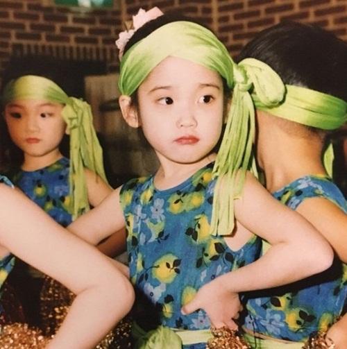 Nhóc tỳ đáng yêu này là idol Kpop nào? - 1