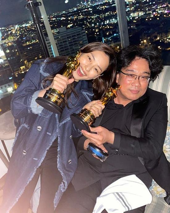 Honey Lee chụp ảnh cùng tượng Oscar và đạo diễnBong Joon Ho.