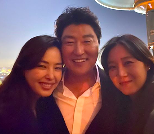 Gong Hyo Jin (phải) và Honey Lee chụp ảnh cùng nam chính Song Kang Ho.