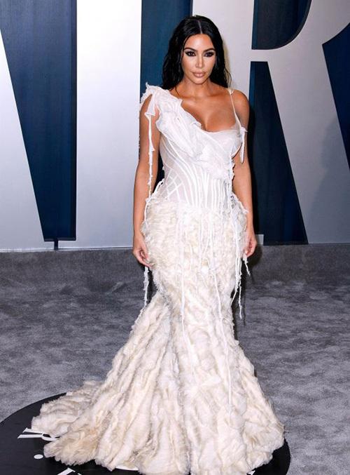 Tham dự tiệc hậu Oscar 2020, Kim Kardashian thu hút sự chú ý khi diện bộ đầm Alexander McQueen cầu kỳ. Trang phục không chỉ nặng, dài quét đất mà còn bó sát cơ thể, ôm chặt vòng eo của siêu vòng ba. Khi diện chiếc váy này, bà xã Kanye West không thể cử động bình thường mà rất khó khăn trong việc di chuyển. Cô không thể ngồi xuống, lúc ở trên xe ô tô đến điểm diễn ra sự kiện cũng phải nằm.