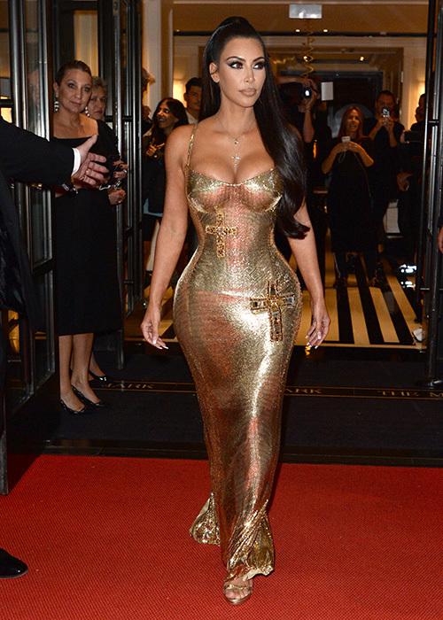 Bộ đầm Versace cô diện đến Met Gala 2018 cũng bó không kém. Phía sau thân hình siêu thực đó là những dạng nội y đặc biệt siết nhỏ eo, đôn đẩy vòng một và vòng ba.