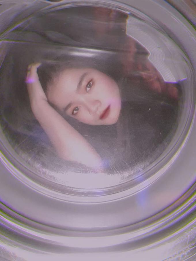 <p> Do thiết kế máy giặt khác nhau, người chụp có thể tự tạo dáng với máy giặt cửa trên (thiết kế máy giặt lồng đứng) và máy giặt cửa trước (thiết kế máy giặt lồng ngang). Nghe có vẻ hơi khó hiểu, nhưng chỉ cần nhìn các bức hình dưới đây, bạn sẽ hiểu ra vấn đề.</p>