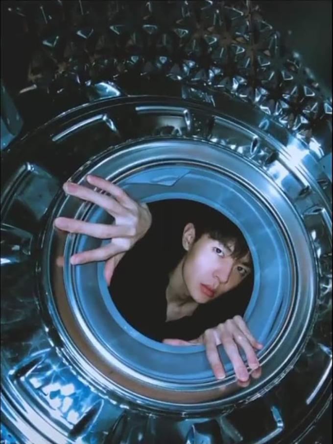 <p> Chụp hình trong lồng máy giặt mà ngỡ như đang chụp trên tàu vũ trụ.</p>