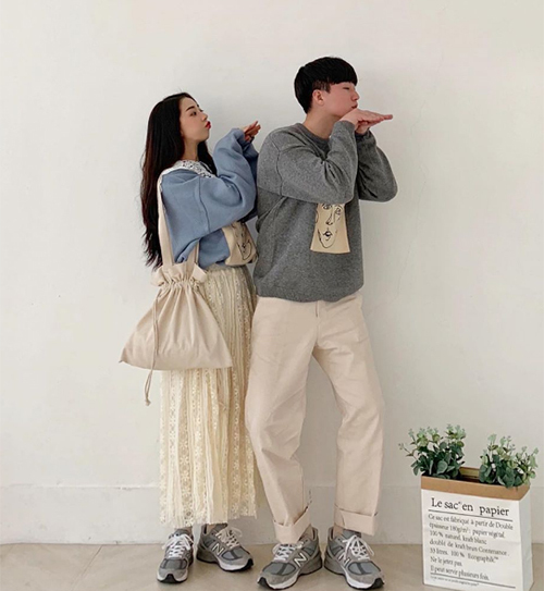 Bằng cách trổ tài mix-match cho một món đồ giống hệt, trang phục đôi đi chơi sẽ nổi bật và không bị nhạt nhòa. Diện cùng một món đồ nhưng khác màu sắc cũng là cách để khẳng định độ nữ tính, nam tính cho cả hai.
