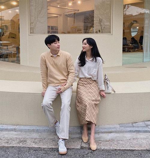 Đây là công thức được yêu thích của các cặp đôi Hàn Quốc. Những tông màu trung tính như trắng, đen, nâu be, đỏ... thường được sử dụng để tạo nên set đồ hòa hợp đẹp mắt.