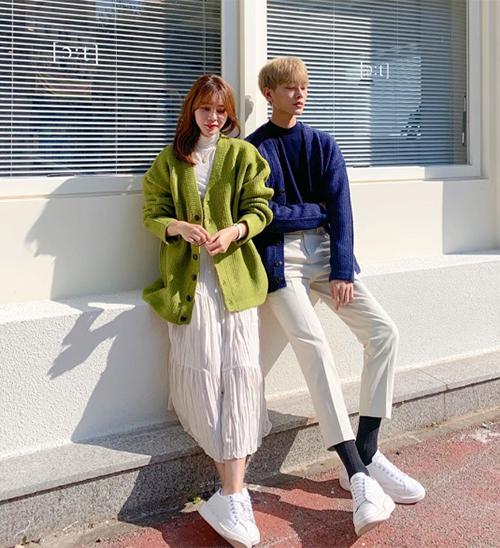 Nếu không có đồ đôi, cũng chẳng có những item giống hệt màu sắc, các cặp đôi vẫn có thể tạo điểm chung bằng cách mix với công thức tương đồng. Một chiếc cardigan rất hợp với những cặp đôi theo phong cách trẻ trung kiểu Hàn Quốc.