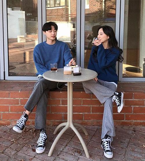 Cách đơn giản nhất để có một set đồ đôi đẹp đi chơi Valentine là bạn và người yêu mặc set đồ giống hệt nhau. Hiệu quả thị giác sẽ càng tăng lên nếu không chỉ có trang phục đôi mà hai bạn còn sở hữu cả giày, mũ... y hệt.