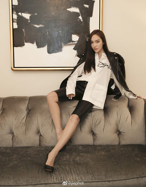 Trước đó, Jessica cũng check-in tại New York Fashion Week. Công chúa băng giá là khách mời VIP quen thuộc của sự kiện thời trang này. Người đẹp đến dự show của Palm Angels với set đồ phá cách.