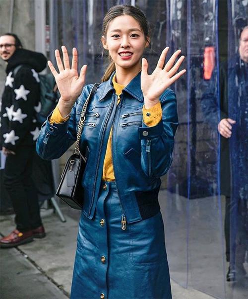Seol Hyun giữ vẻ tươi tắn và liên tục vẫy chào về phía các ống kính.