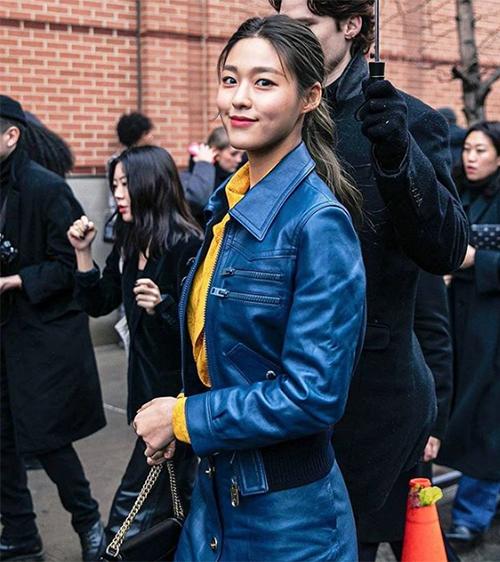 Sự kết hợp hai tông màu xanh và vàng giúp Seol Hyun nổi bật giữa đám đông. Nữ idol được nhiều người khen vì thần thái sang chảnh.
