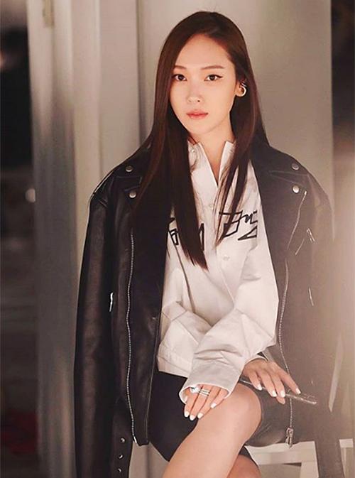 Cách mix sơ mi, áo da và biker shorts cá tính giúp Jessica trông đầy quyền lựctrên hàng ghế đầu.