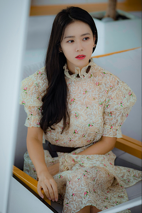 Sức hút của drama Hạ cánh nơi anh giúp những món đồ làm đẹp được Son Ye Jin sử dụng trong phim đều trở thành cơn sốt. Ngoài serum chống lão hóa và máy dưỡng da, khán giả còn đua nhau sắm thỏi son mà các chuyên gia dùng cho chị đẹp.