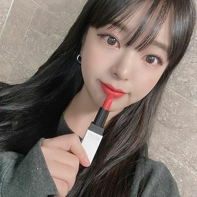Với mức giá mềm mại, chỉ khoảng 300k, son được các cô gái Hàn Quốc đua nhau mua theo. Trên mạng xã hội, hàng loạt hot girl, beauty blogger khoe sở hữu son Se Ri xinh xắn.
