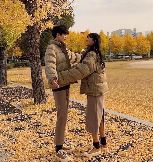 Dù cùng diện một món đồ, các trai xinh gái đẹp Hàn vẫn biết cách để tạo điểm nhấn riêng. Các chàng trai thường kết hợp quần suông bảnh bao còn các cô gái lại mix chân váy xinh xắn.