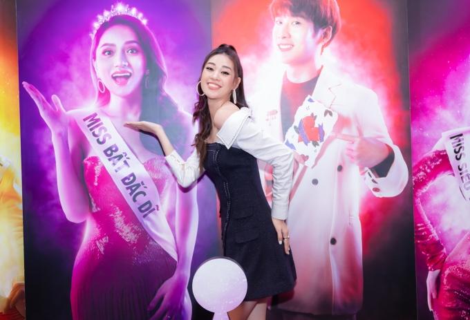 <p> Đến chúc mừng đoàn phim có Hoa hậu Khánh Vân. Cô tạo dáng nhắng nhít theo poster của người thầy Hương Giang.</p>