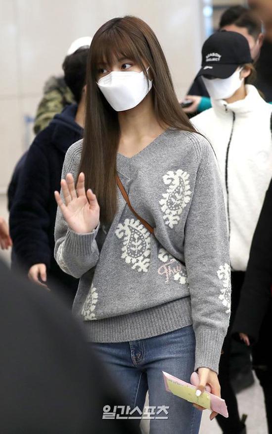 Netizen trêu chọc rằng Tzuyu giống như đang đeo mái giả vì kiểu tóc kỳ lạ, hiếm thấy ở thành viên Twice.