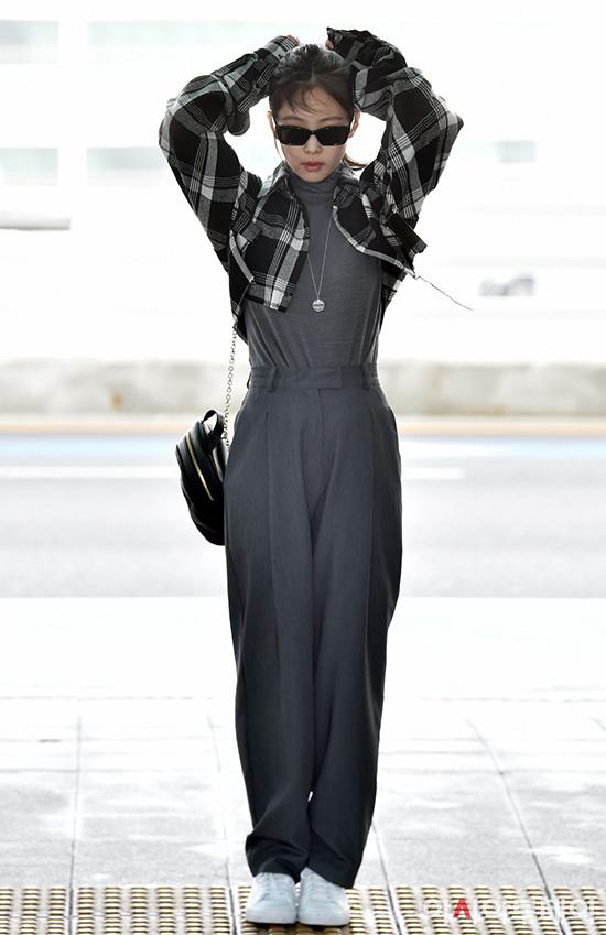 Mặc trang phục kín đáo nhưng Jennie vẫn khoe được vòng eo nhỏ nhắn. Thành viên Black Pink nổi tiếng với hình thể không mỡ thừa, đặc biệt là vòng 2 săn chắc.