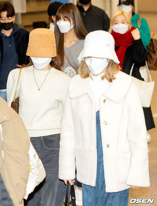 Các thành viên đội mũ bucket, đeo khẩu trang che kín gương mặt.