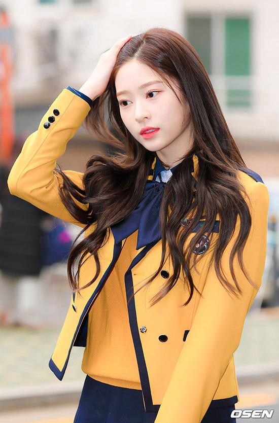 Kim Min Ju gây sốt với khoảnh khắc tháo khẩu trang trong lễ tốt nghiệp