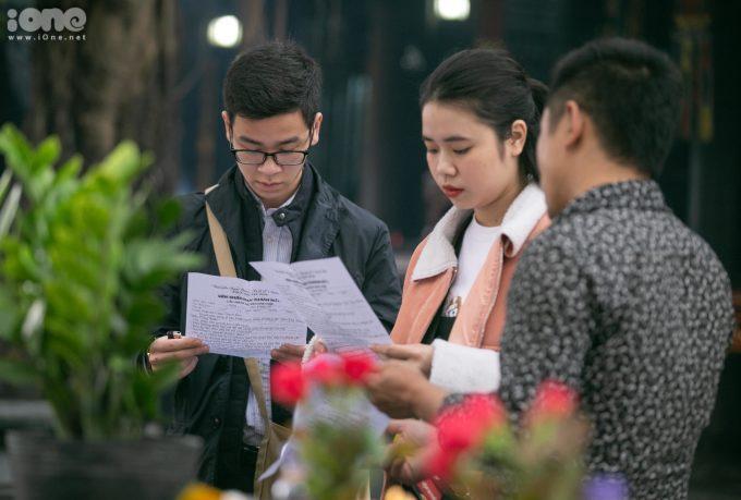 <p> Nhiều bạn trẻ đến chùa Hà lần đầu để cầu duyên nên còn bỡ ngỡ, cần người hướng dẫn cúng bái theo đúng trình tự.</p>