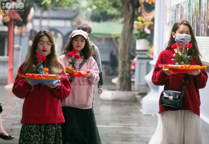 <p> Những mâm lễ được các bạn trẻ chuẩn bị chu đáo khi vào chùa.</p>