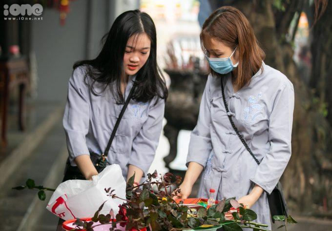 <p> Bạn Nguyễn Thị Xinh (trái) đang cùng bạn chuẩn bị mâm lễ.</p>