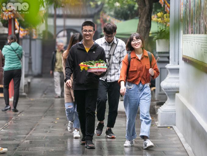 """<p> Từ lâu, chùa Hà được mệnh danh là ngôi chùa """"cầu duyên"""" nổi tiếng linh thiêng nhất ở Hà Nội. Năm nào cũng vậy, vào dịp lễ Valentine các bạn trẻ lại nô nức đến đây để cầu tình duyên cho mình.</p> <p> </p>"""