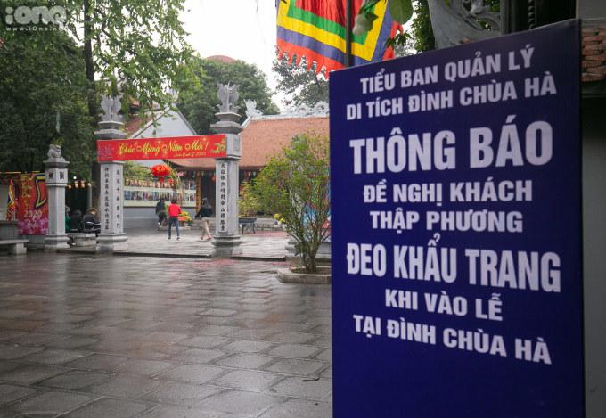 <p> Trước sự bùng phát của dịch nCoV, nhà Chùa đã đặt một tấm biển khuyến cáo du khách nên đeo khẩu trang trước khi vào làm lễ.</p>