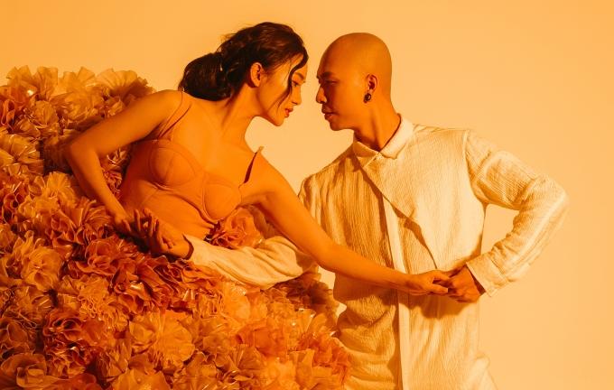 <p> Phạm Lịch là vũ công dày dặn kinh nghiệm. Bạn trai cô cũng có ngót nghét 10 năm trong nghề, từng tham gia các giải đấu trong nước và quốc tế. Không có gì có thể làm khó họ trong bài nhảy này.</p>