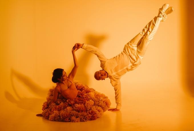 <p> Ngôn ngữ cơ thể được hai vũ công thể hiện uyển chuyển.</p>