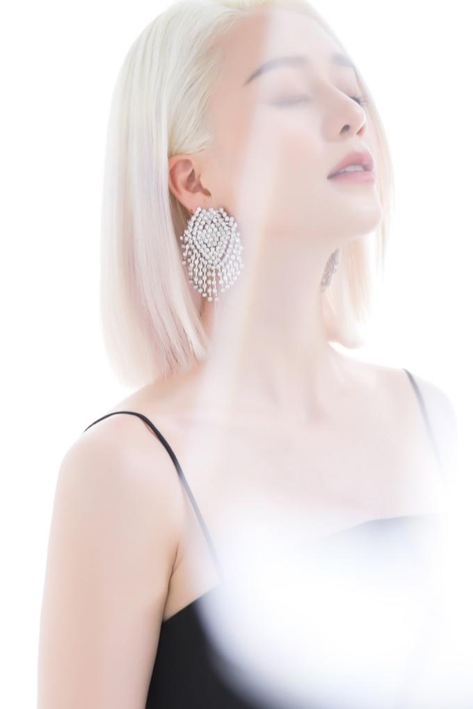 <p> Về mặt hình ảnh, Thiều Bảo Trang nhuộm tóc bạch kim đầy sang chảnh. Nó toát lên sự mạnh mẽ đúng với tinh thần của ca khúc rằng: con gái khi yêu có sự yếu đuối nhưng khi cần sự quyết đoán, họ vẫn sẽ làm được.</p>