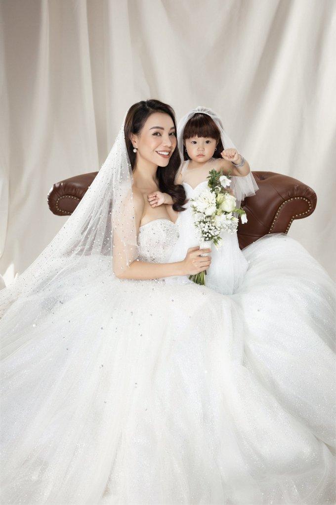 <p> Không có chú rể nhưng Trà Ngọc Hằng vẫn toát lên sự hạnh phúc bởi bên cô luôn có con gái Sophia.</p>