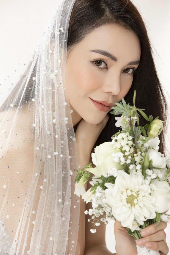 <p> Chưa từng mặc váy cưới thật sự trong đời nên Trà Ngọc Hằng vẫn mơ ước được một lần trải qua cảm giác hạnh phúc của một cô dâu. Đó là lý do cô quyết định lấy ý tưởng này để thực hiện bộ ảnh kỷ niệm này.</p>