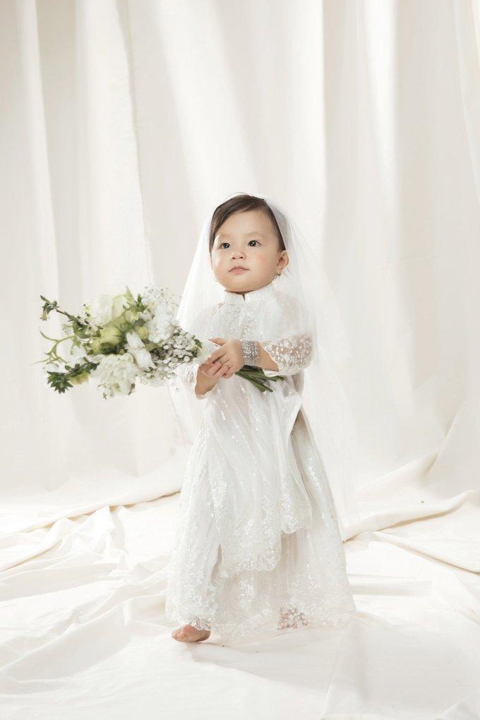 <p> Sophia được nhận xét ngày càng đáng yêu khi gần 2 tuổi.</p>