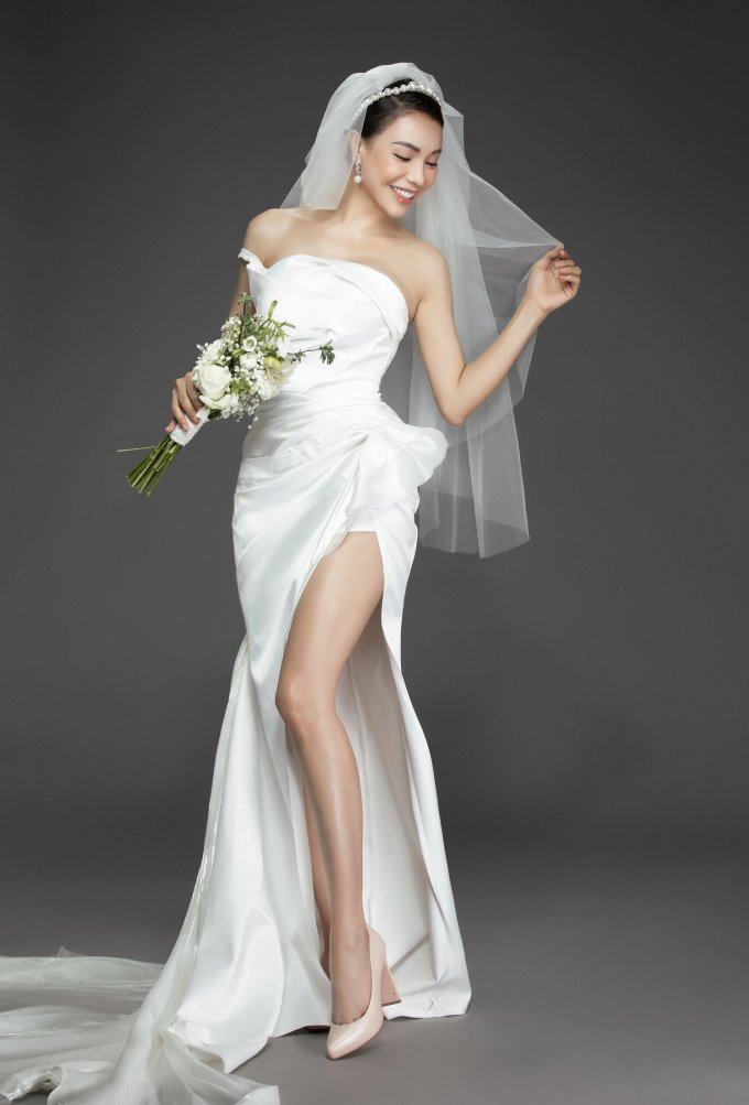 <p> Trà Ngọc khoe sắc vóc gợi cảm trong bộ váy cưới xẻ đùi cao.</p>