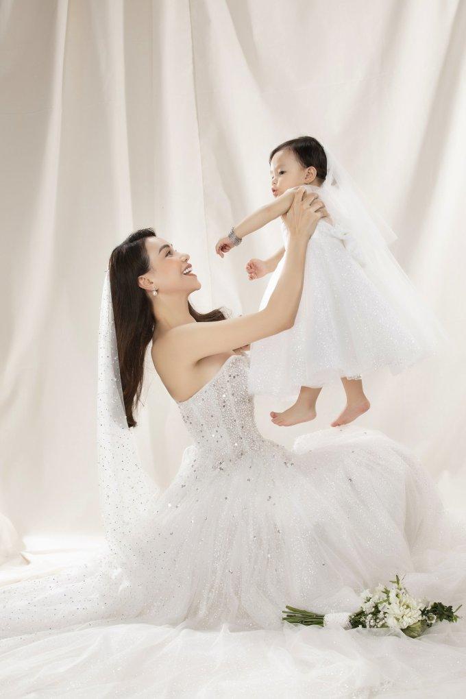 <p> Hai mẹ con xúng xính trong những bộ váy cưới màu trắng tinh khôi. Họ ghi lại khoảnh khắc ý nghĩa bên nhau.</p>