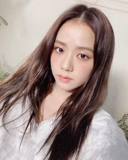 Ji Soo trang điểm mỏng nhẹ như sương, khoe làn da trắng mịn căng bóng.