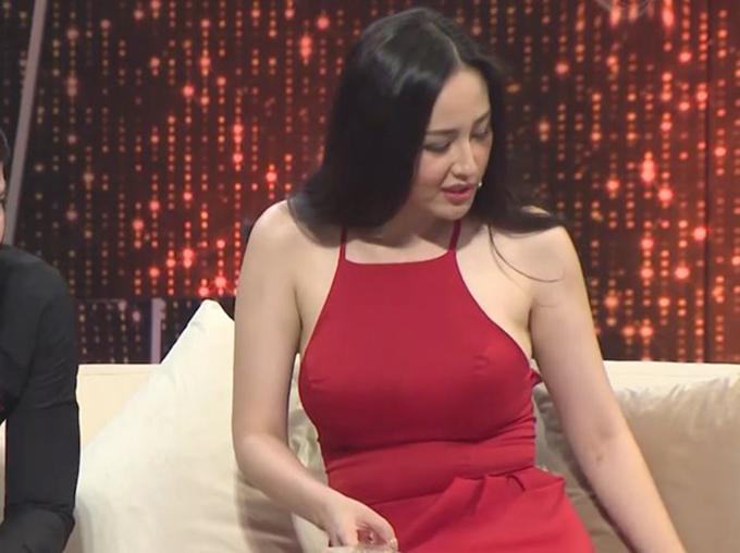 Váy yếm vốn không phải là lựa chọn lý tưởng cho những cô gái có phần vai kém thon như Mai Phương Thúy. Trước đó trong một lần chơi gameshow, hoa hậu cũng bị gọi là cô bé đô con khi diện chiếc đầm cổ yếm sexy.