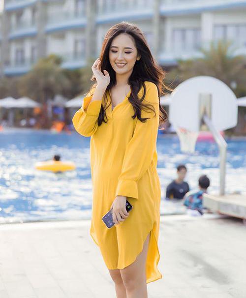 Váy có dáng suông nhẹ nhàng, che phần vai giúp Mai Phương Thúy nữ tính, nhẹ nhàng hơn hẳn.