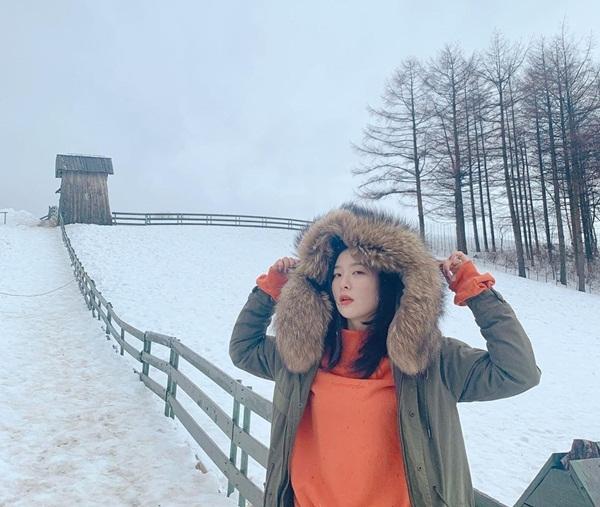 Gấu Seul Gi đầy thần thái giữa vùng tuyết trắng.