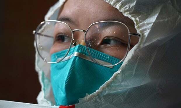 Y tá Zhou Li mặc đồ bảo hộ trước khi vào phòng bệnh tại bệnh viện Xianghu, phía đông tỉnh Giang Tây, Trung Quốc. Ảnh: Xinhua.