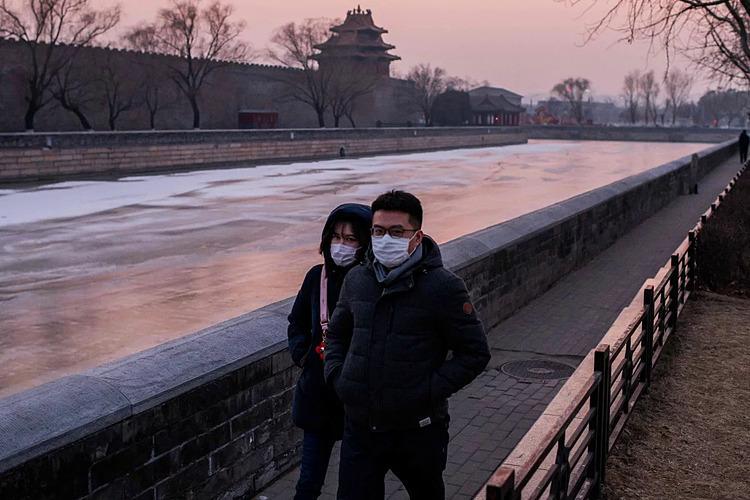 Một đôi tình nhân phải hủy dự định vào ngày 14/2. Ảnh: AFP.