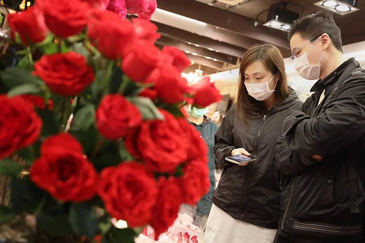 Một cặp đeo khẩu trang đi lựa chọn ngày Lễ tình nhân. Ảnh: SCMP.