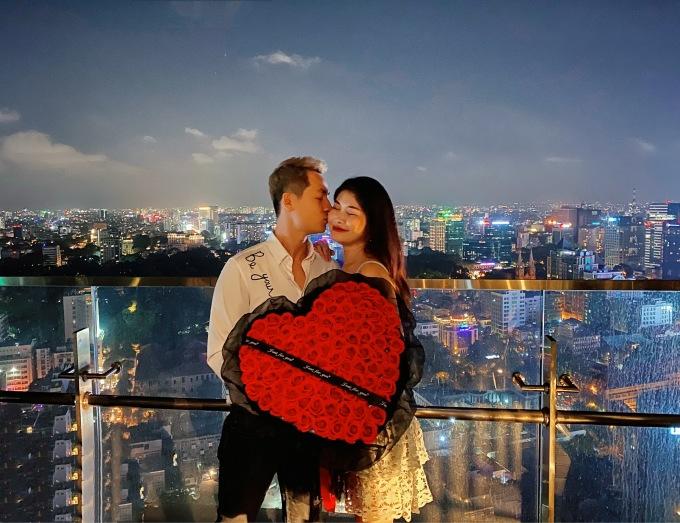 <p> Đăng Khôi - Thủy Anh có 15 năm hạnh phúc bên nhau. Mùa Valentine này, nam ca sĩ lại mang đến những bất ngờ khi hẹn hò riêng, tặng hoa và quà ngọt ngào như thuở đầu mới yêu.</p>