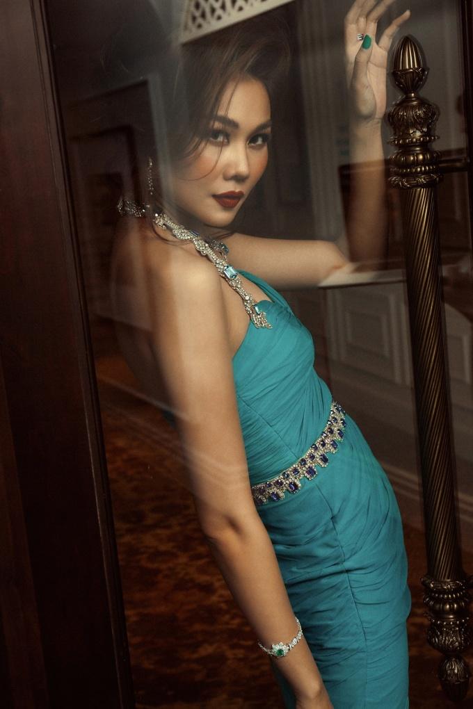 <p> Mẫu đầm cúp ngực chiết eo màu xanh ngọc tôn lên vóc dáng nuột nà cho người đẹp.</p>